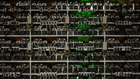 Shelves with cryptocurrency mining farm at the opening of the first line of Russia's largest cryptocurrency mining center. Bild:  Alexei Danichev/Sputnik/dpa